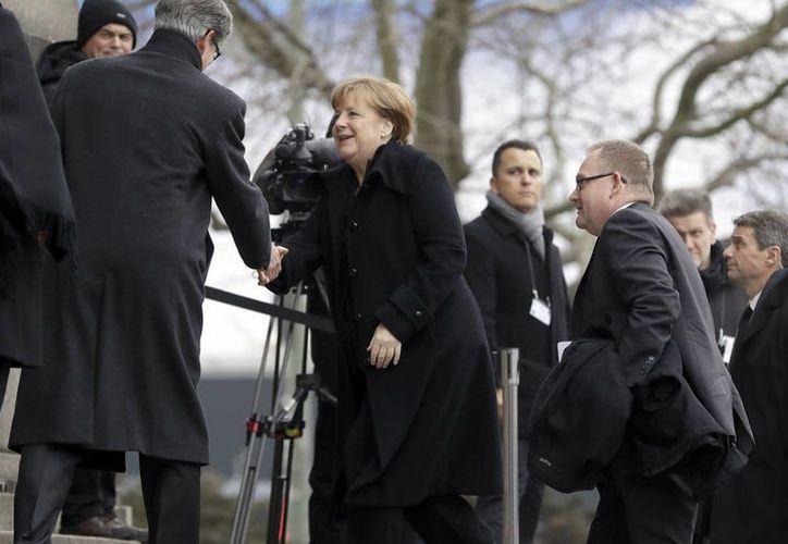 Angela Merkel se postula por cuarta ocasión para la cancillería alemana. (AP/Michael Sohn)