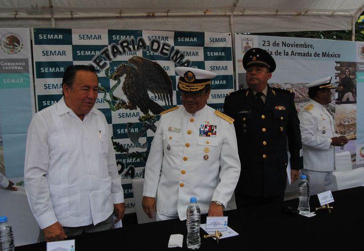 Las autoridades durante la celebración del Día de la Armada de México. (Redacción/SIPSE)