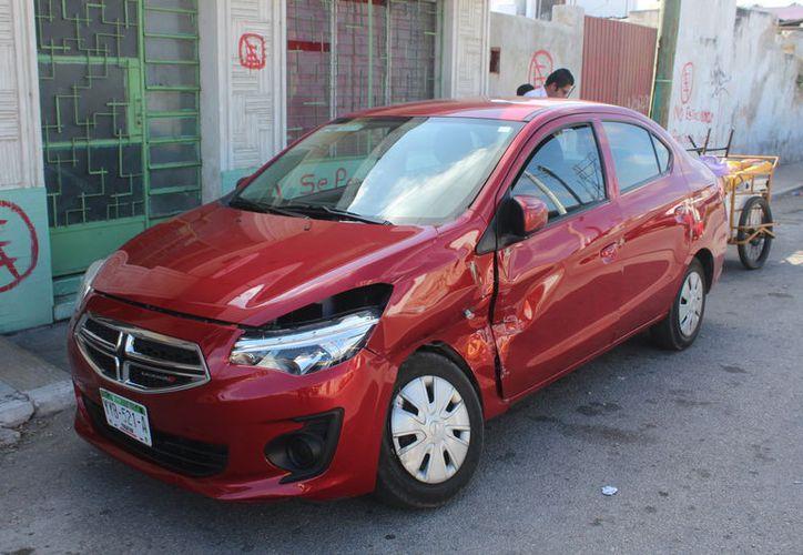 El vehículo fue impactado por una camioneta de la Marina la cual se trasladaba de sur a norte sobre la calle 86 con preferencia de paso. (Gerardo Keb/SIPSE)