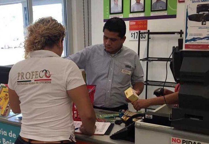 Inspectores de la dependencia verifican las ofertas, los precios y que no se tengan condicionantes en la venta. (Claudia Martín/SIPSE)