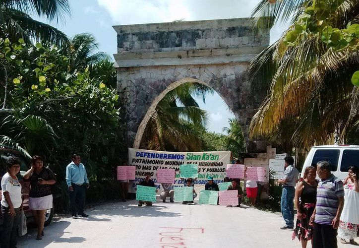 Medio centenar de personas se manifestaron ayer contra la asociación civil Amigos de Sian Ka'an.  (Rossy López/SIPSE)