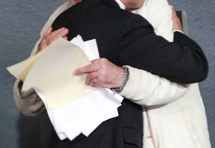 El presidente Enrique Peña Nieto, saluda al escritor y dirigente del Movimiento por la Paz con Justicia y Dignidad, Javier Sicilia. (Notimex)