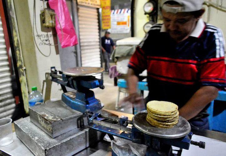 La tortilla aumento tres pesos más por kilo en relación con el domingo pasado, cuando todavía se ofrecía a 15 pesos cada kilogramos. (Daniel Sandoval/ Milenio Novedades)