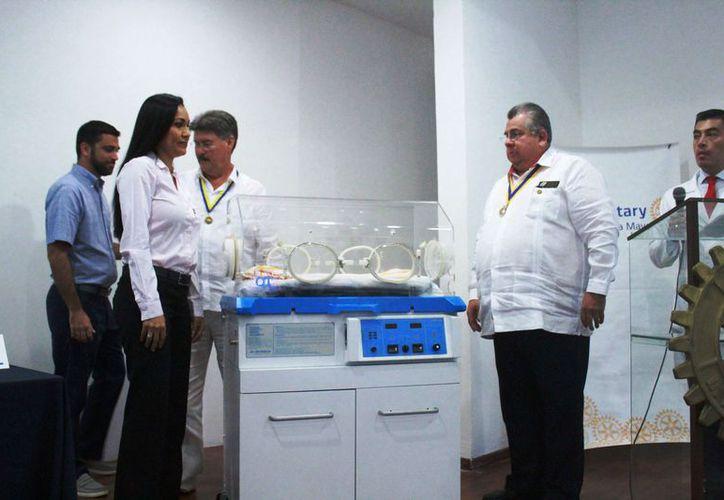 En la entrega de las incubadoras estuvieron diferentes personalidades. (Octavio Martínez/SIPSE)