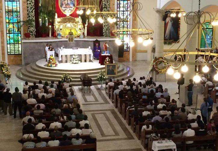 La misa de despedida de don Nassim Joaquín se realizó en la iglesia Corpus Christi de Cozumel. (Adrián Barreto/SIPSE)