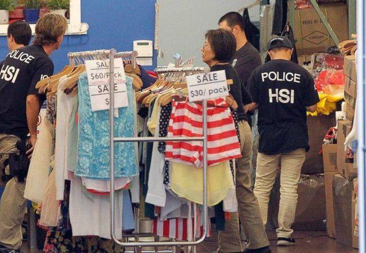 El miércoles, decenas de policías registraron unos 50 negocios del distrito de la moda de Los Ángeles para detectar operaciones de lavado de dinero. (Archivo/AP)