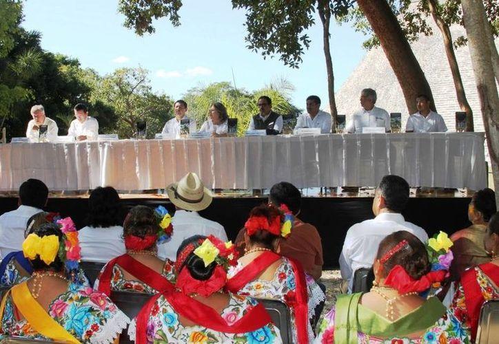 Imagen de la presentación de la edición de la Constitución Política y la Ley para la Protección de los Derechos de la Comunidad Maya de Yucatán en lengua maya en Uxmal, Yucatán. (Milenio Novedades)
