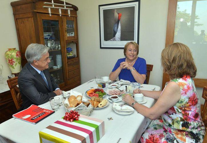 De i a d: el presidente chileno Sebastián Piñera, su virtual sucesora Michelle Bachelet y Cecilia Morel, esposa del presidente chileno. (Agencias)