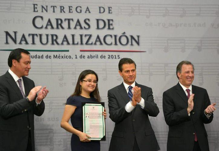 En el salón Adolfo López Mateos de la Residencia Oficial de Los Pinos, el presidente Enrique Peña Nieto entregó Cartas de Naturalización a 150 nuevos mexicanos. (Notimex)
