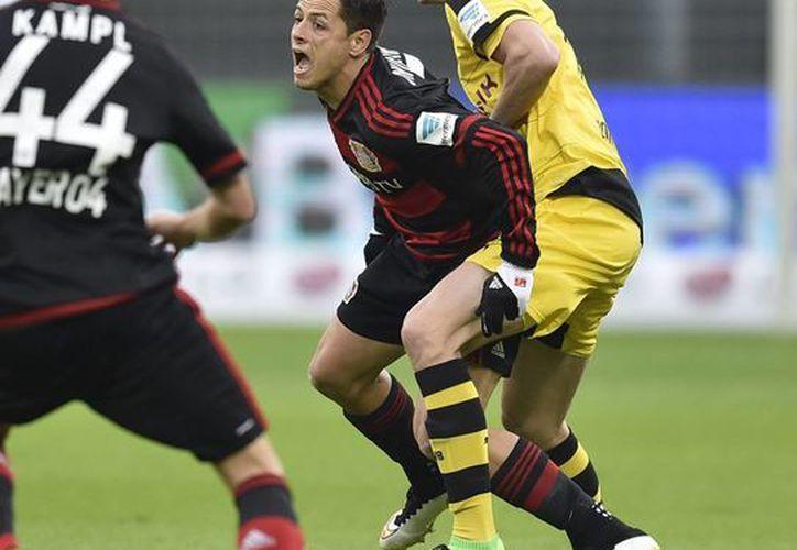 Bayer Leverkusen venció 3 a 1 a Sporting de Lisboa, con una destacada actuación de Javier Hernández quien dio un pase para gol. (AP)