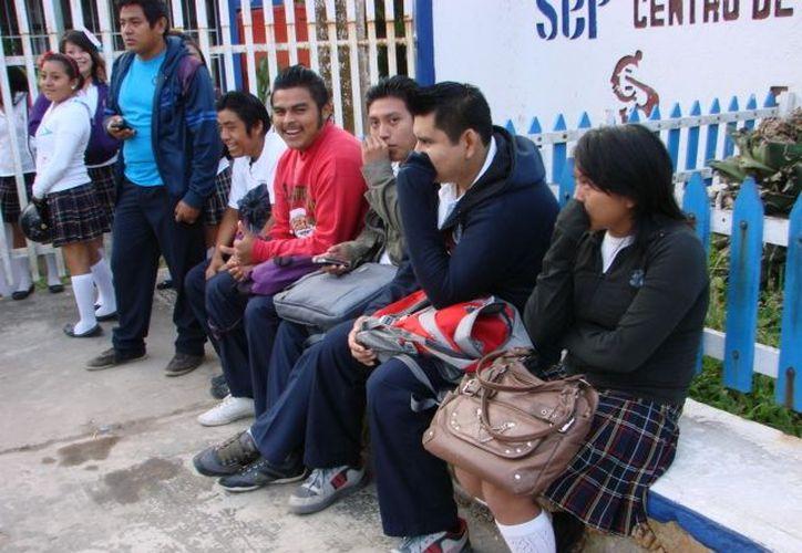 Los alumnos mantienen su postura y exigen que se restituya a la profesora de Orientación Vocacional América del Pilar Esquivel Puc. (Manuel Salazar/SIPSE)