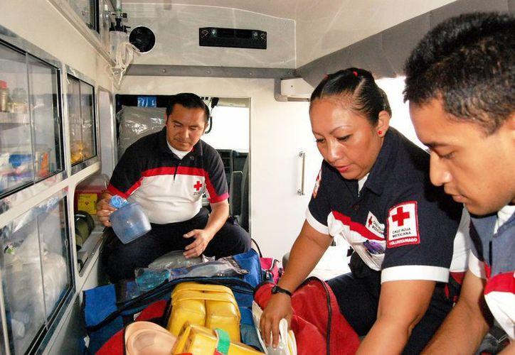 Imagen de un grupo de paramédicos de la Cruz Roja mientras atienden a un paciente. (Milenio Novedades)
