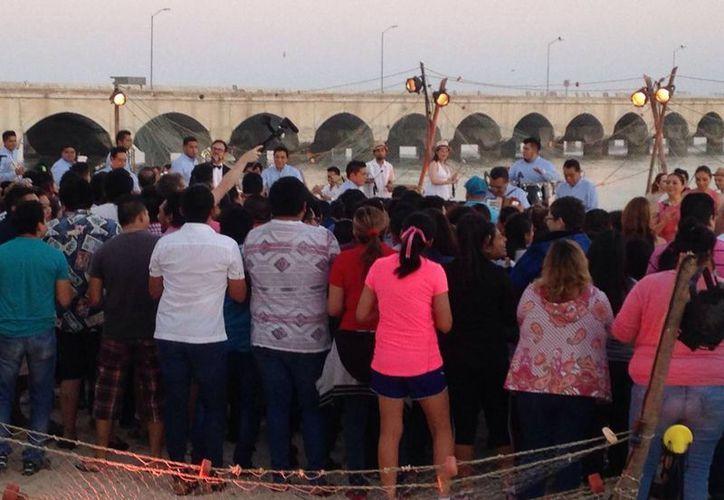 Desde muy temprano se fue congregando la gente en el inicio del malecón de Progreso, para ver las grabaciones de Los Ángeles Azules y Alex Sintek. (Foto: Gerardo Keb/Milenio Novedades)