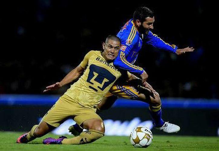 Pumas tiene la obligación de ganar el partido de vuelta en territorio regiomontano o empatar a tres goles. En la foto, Verón disputa el balón con el Tigre Gignac.(Foto tomada de Milenio Digital)