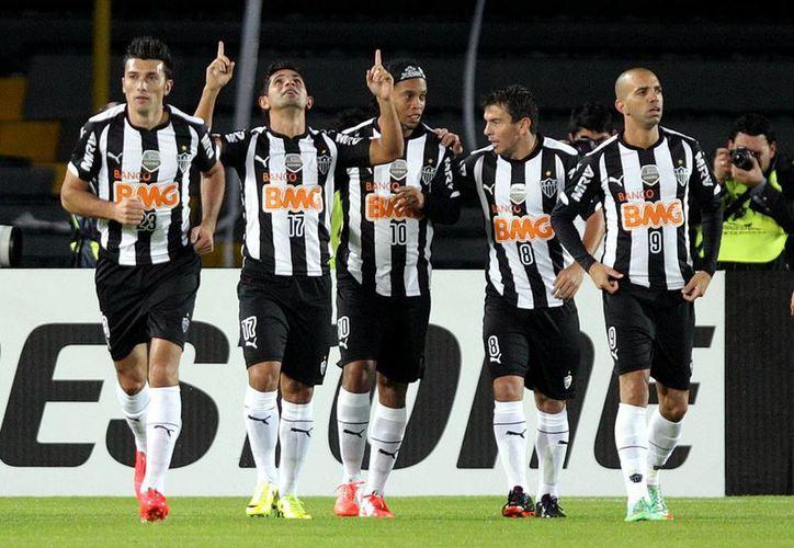 El Mineiro, comandado por el veterano campeón mundial Ronaldinho (c), tiene nueve unidades y es líder del Grupo Cuatro en la Copa Libertadores. (EFE)