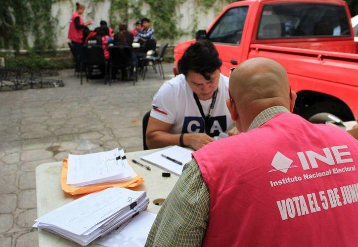 El personal del INE realiza la entrega de las listas. (Jesús Tijerina/SIPSE)