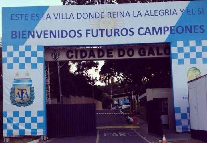 Este cartel, que dice 'Bienvenidos futuros campeones', recibió a la selección de Argentina en Belo Horizonte. (perfil.com)