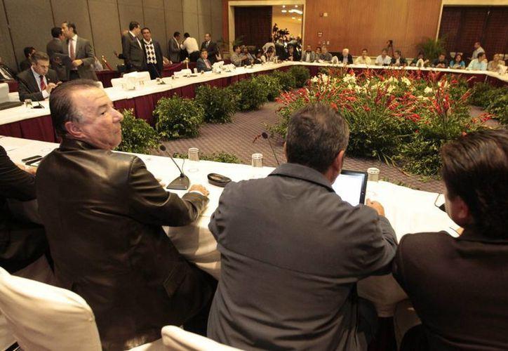Reunión previa que sostuvieron senadores y diputados con una comisión de la CNTE. (Notimex)
