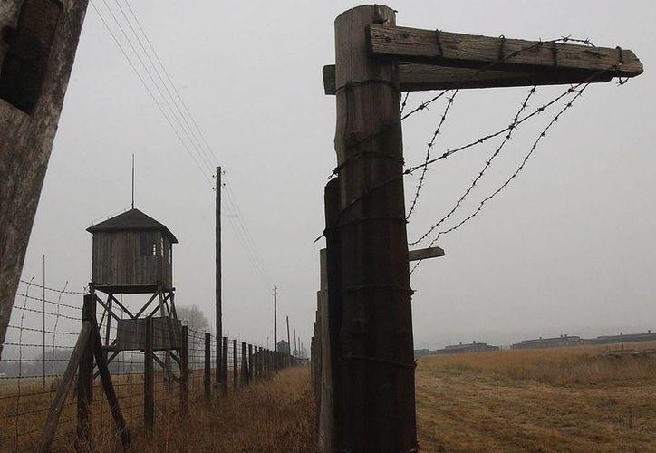 Torres de vigilancia y una cerca de alambre de púas en el ex campo de la muerte de Majdanek, en las afueras de Lublin, Polonia. (Agencias)