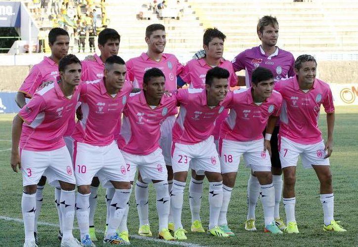 El equipo CF Mérida con su uniforme de color rosa en apoyo a la campaña anual contra el cáncer de mama. (Milenio Novedades)