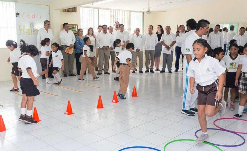 Autoridades aplicarán a nivel nacional una estrategia yucateca para niñas y niños de primarias públicas contra la obesidad y el sobrepeso. (Fotos cortesía del Gobierno)