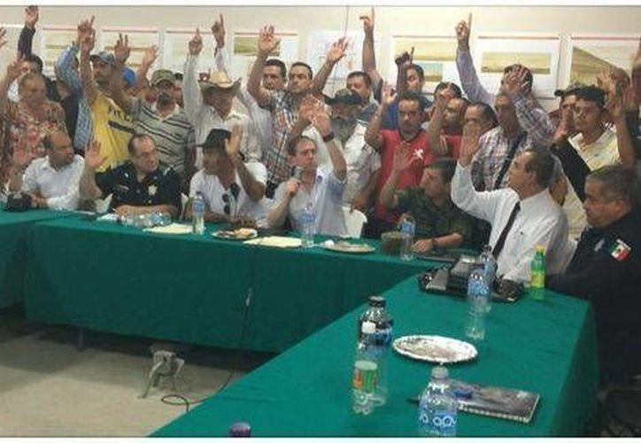 El comisionado para la Seguridad en Michoacán, Alfredo Castillo, durante la reunión con líderes de autodefensas en la que acordaron desarmarse. (Milenio)