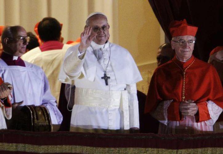 El Papa Francisco durante su primera aparición pública ante los fieles congregados en la Plaza de San Pedro, ayer miércoles. (Associated Press)