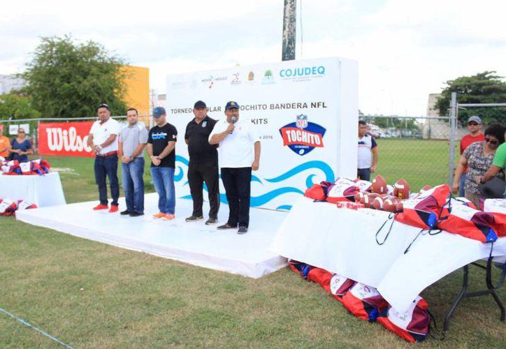 Las autoridades deportivas entregaron los kits a los equipos. (Raúl Caballero/SIPSE)