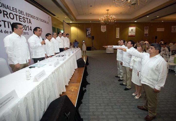 Rinde protesta la nueva directiva de la Federación de Colegios de Profesionales de Yucatán, que preside Jorge Euán Góngora. (Milenio Novedades)