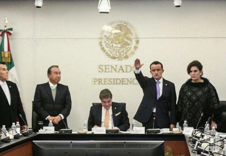 Imagen del director general del IMSS, Mikel Arriola Peñalosa, durante su comparecencia en la sede del Senado mexicano. (@arriolamike)