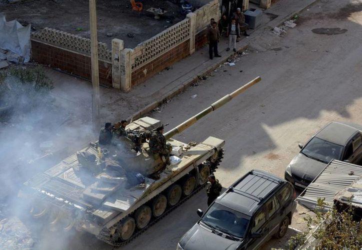 Una explosición dejó saldo de 12 muertos y varias decenas de heridos en Alepo. La imagen, de tanques  circulando en las calles de la provincia de Siria, es de archivo. (EFE)