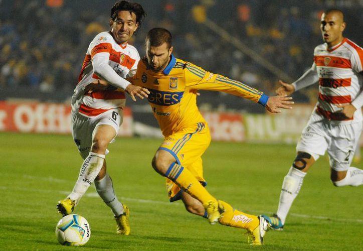 Emanuel Villa comienza con el pie derecho, con su nuevo equipo Tigres, el Torneo Clausura 2013. (Notimex)
