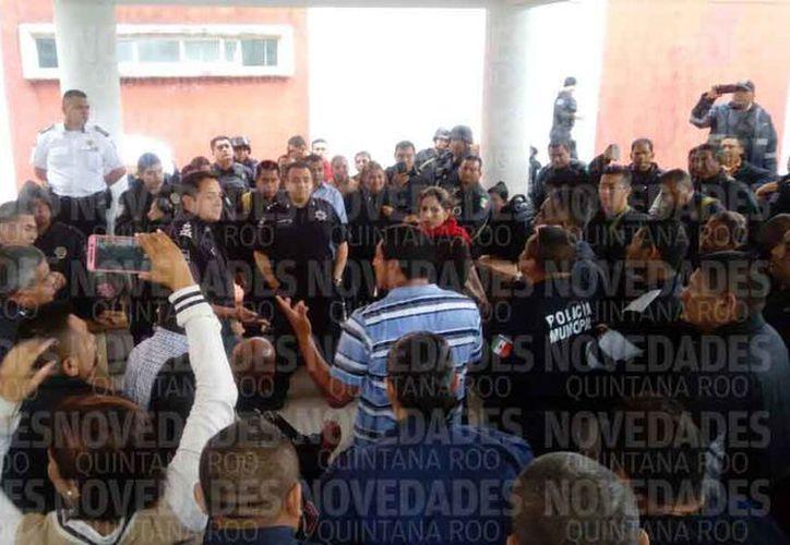 Los policías municipales tuvieron una reunión con las autoridades municipales. (Eric Galindo/SIPSE)