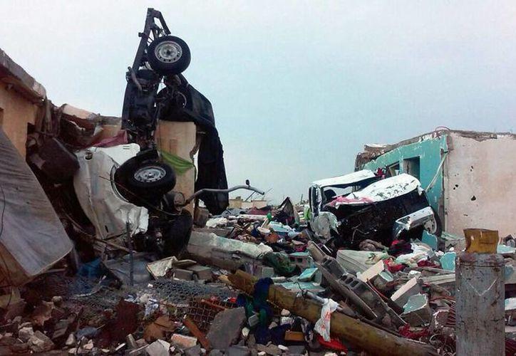 Las autoridades buscan a una familia de cuatro personas que desapareció tras los embates del tornado. (AP)