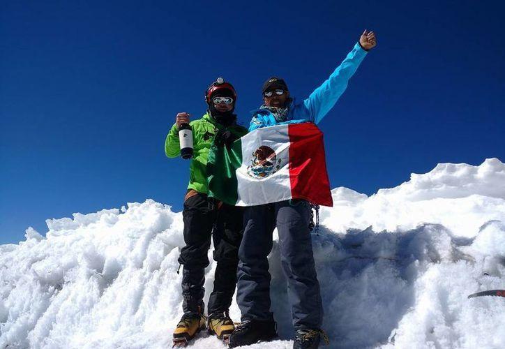 El alpinista mexicano Rubén Jaén Castaño (izq) sobrevivió al accidente en el Huascarán. (Tomada de Facebook)