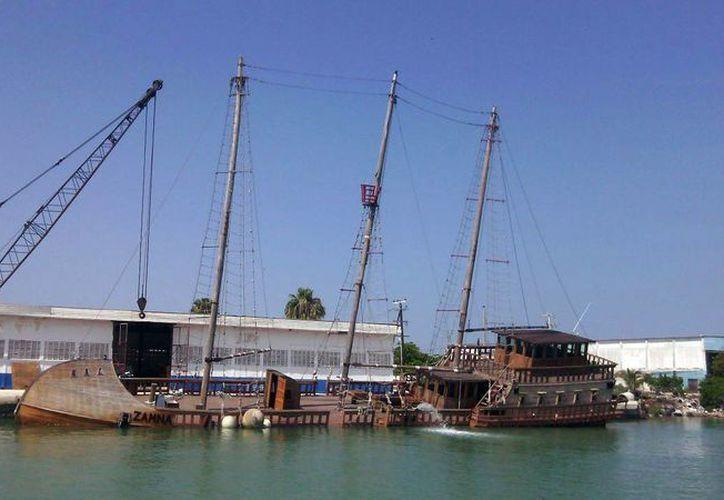 Desmantelado, el trimarán 'Zamná' permanece abandonado en muelles de Yucalpetén desde enero de 2010. (Óscar Pérez/SIPSE)