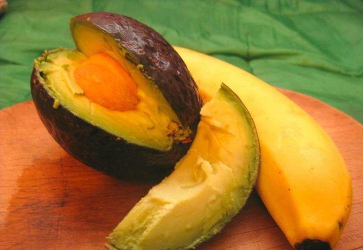 El aguacate y el plátano son dos frutas que ayudan a tener saciedad y evitar comer de más. (Especial)