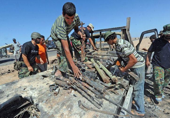 Armas y municiones de un vehículo de leales a Gadafi. (EFE/Archivo)