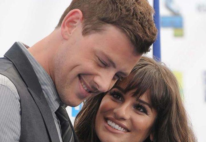 Imagen de agosto de 2012 de Cory Monteith y su novia Lea Michele, en Santa Mónica, California. (AP)