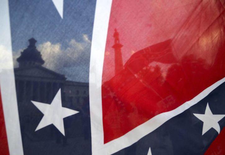 El ataque a una iglesia en Charleston generó amplio debate sobre la bandera confederada, considerada un símbolo del pasado esclavista de Estados Unidos. (AP)