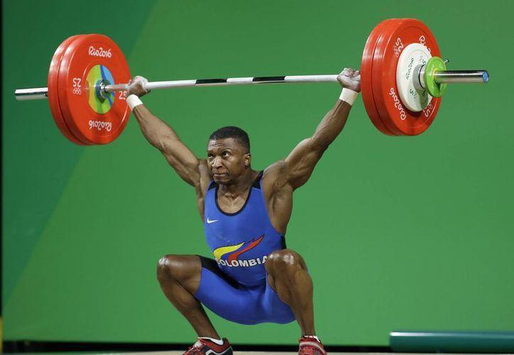Óscar Alberto Figueroa Mosquera, de Colombia, durante su participación en Río 20916. El colombiano ganó la medalla de oro en la categoría hasta 62 kilos, en halterofilia. (Foto: AP/Mike Groll)
