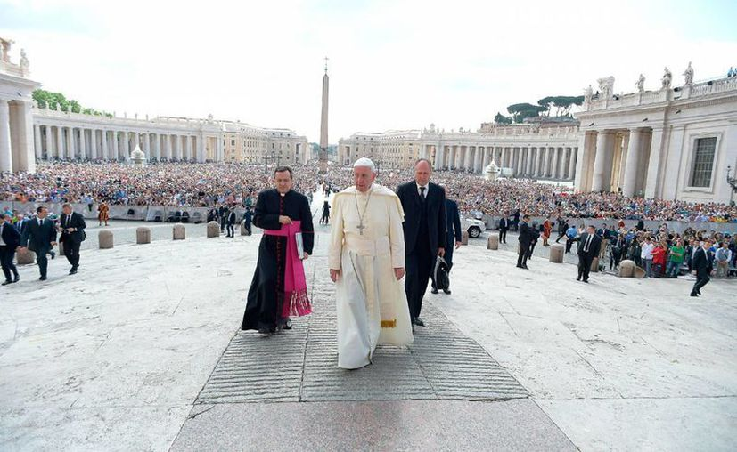 El Papa Francisco arriba a la Plaza de San Pedro, en el Vaticano, para su audiencia semanal, el miércoles 16 de junio de 2016. (L'Osservatore Romano/Pool photo via AP)