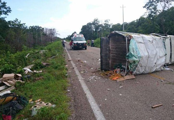 La camioneta marca Nissan, tipo Pick Up con placas YP-57-478 del estado de Yucatán, dio varias volteretas sobre la carretera. (Redacción/SIPSE)