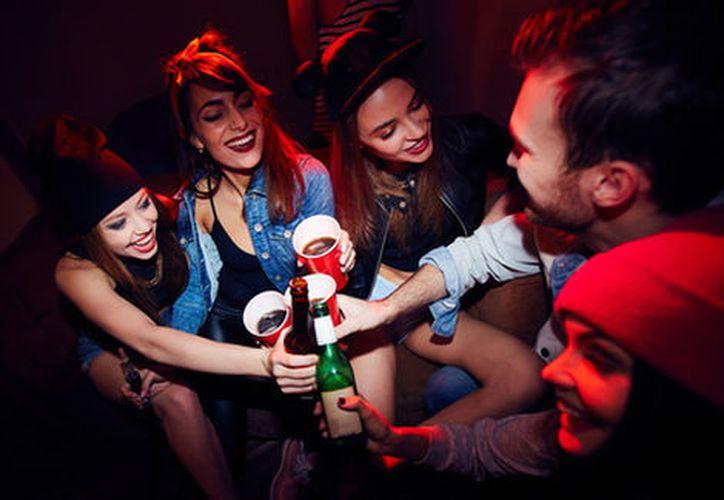 Combinar bebidas embriagantes no es lo que provoca una mayor embriaguez, sino la cantidad y velocidad con la que se ingieren. (Milenio.com)