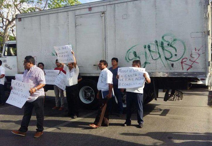 Transportistas de Yucatán protestaron contra el incremento al precio de los combustibles (gasolinazo) que entró en vigor ayer. (Fátima Ramírez/SIPSE)