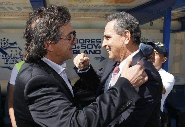 El entrenador Rubén Omar Romano (i) saluda a José Luis Real previo a un partido dentro del Fútbol Mexicano. (Notimex/Foto de archivo)