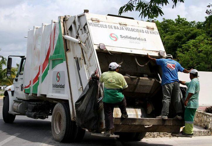 Tres choferes de camiones recolectores de basura fueron dados de baja por pedir 'propinas' a cambio de hacer su labor. (Adrián Barreto/SIPSE)
