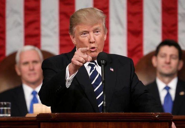 Trump anunció ante el Congreso sus intenciones de mejorar el salario en EU y reforzar la seguridad nacional. (Jim Lo Scalzo/Pool Image via AP)