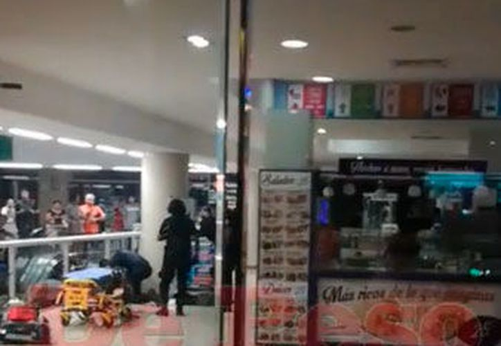 La mujer quedó tirada dentro de la plaza. (Redacción/SIPSE)
