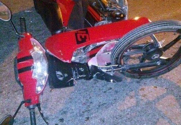 La motocicleta en la que se huían se impactó contra un taxi. (Redacción/SIPSE)
